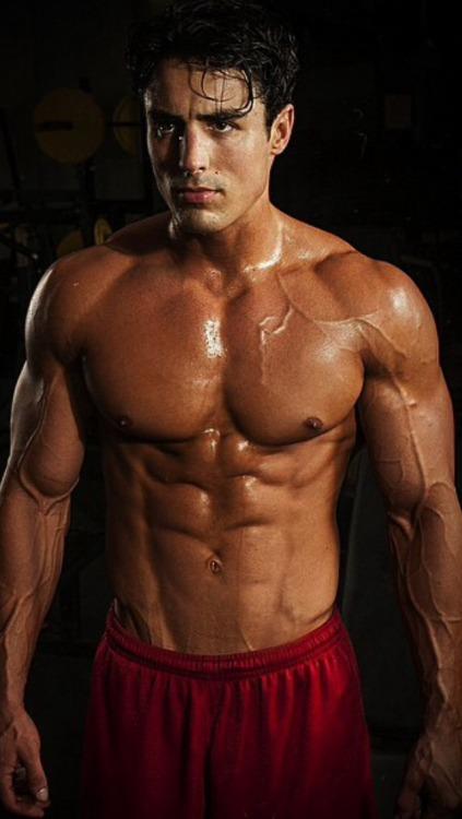 I love sweaty and veiny muscle guys!!!