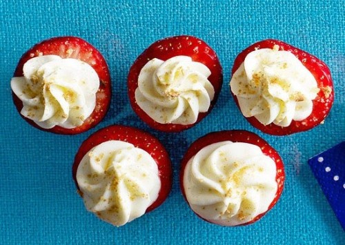Daily Bite: These Mini Strawberry Cheesecake Snacks are a little bite of heaven. Click here for more tiny dessert ideas for your next party!