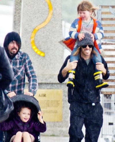 chewbaccatempo:   Dave Grohl with daughter Violet Grohl and Taylor Hawkins with son Shane Hawkins