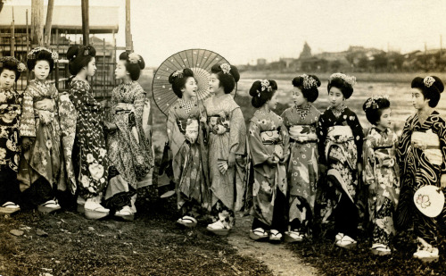 lostsplendor:  Riverbank Maiko, Japan c. 1920s (by Blue Ruin1)