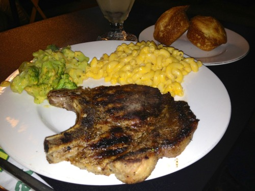 Grilled pork chops, steamed broccoli & cheese & cheddar  macaroni with jiffy corn bread muffins! Nothing beats a home-cooked meal 😘👸🍴