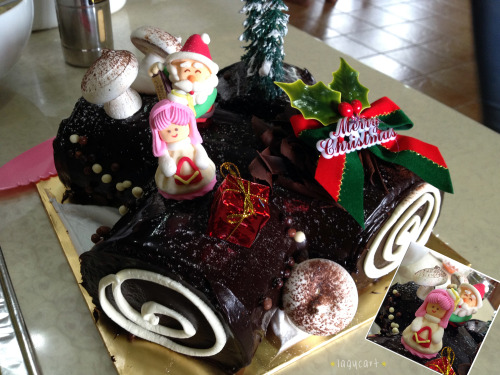 christmas log cake. went to a friend's house for christmas lunch and baord game session today. and there's this nice chocolate log cake for dessert, with really cute decoration on top, there's a girl, a santa, present, christmas trees, mushrooms and snow~
