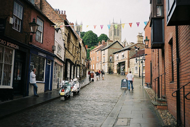 noveles:  britishvibes:  Lincoln, Lincolnshire, England  This is such a cute little neighbourhood. I've always wanted to live somewhere like this