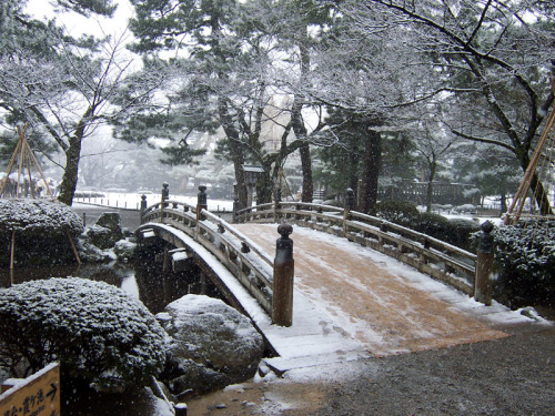 Kenrokuen bridge by MShades on Flickr.