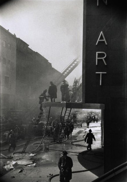 undr:  Elliott Erwitt New York. A fire at the Museum of Modern Art. 1958