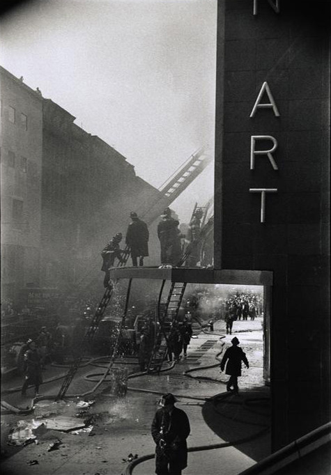 Elliott Erwitt New York. A fire at the Museum of Modern Art. 1058 Thanks to undr