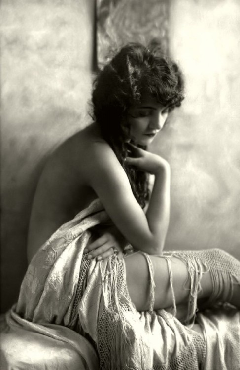 plaintives:  @ Ziegfeld Girl 1910 by Alfred Cheney Johnston.