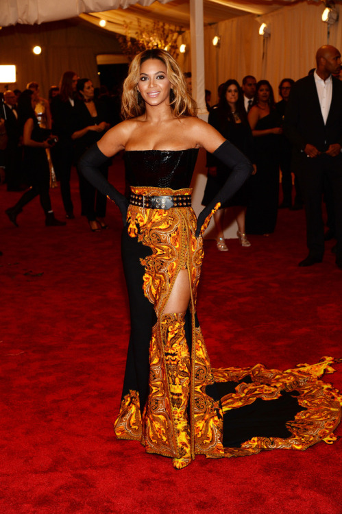 desliz:  omgthatdress:  BEYONCE.  THOSE BOOTS.  I didn't understand why her dress had a cutout in such a weird place, but now I see that's a slit and she has matching yellow wallpaper boots and I like it a 100 times more  A woman in the yellow wallpaper…hopefully she doesn't go crazy.
