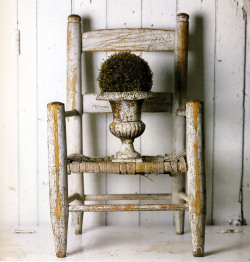Child's chair & medici vase/moss ball