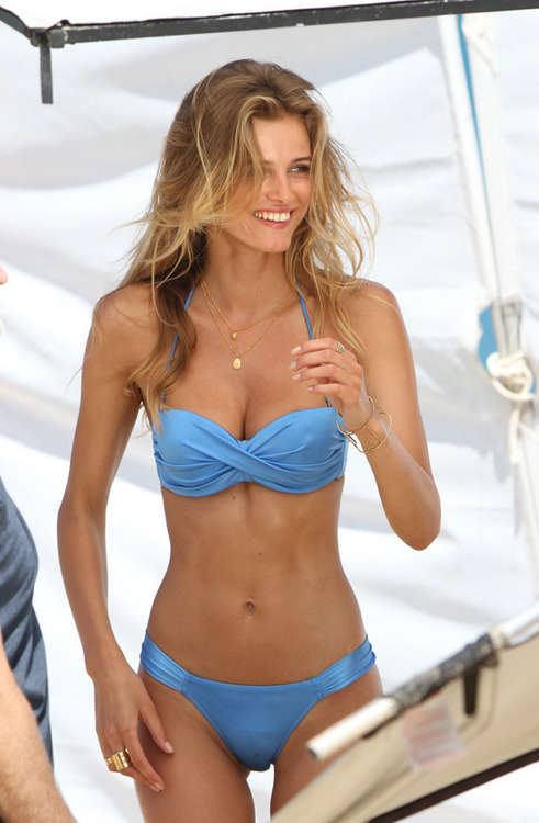 curlscurvesconfidence:  beauty-and-fitness:  ew i HATE push-up bikini tops. but she has nice abs!  ^Unnecessary rhude comment.