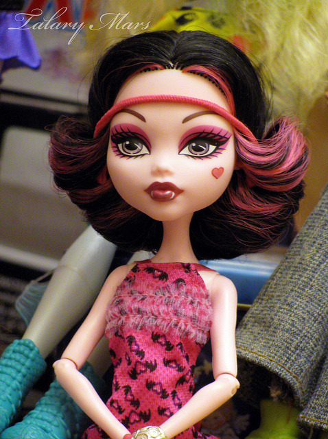 Draculaura by Talary Mars on Flickr.I LOVE her hair like this