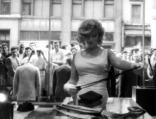 Marilyn shopping in New York city 1957