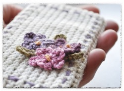 motleycraft-o-rama:  Free pattern for this iphone case from Caroline Hegwer of Sock Pixie