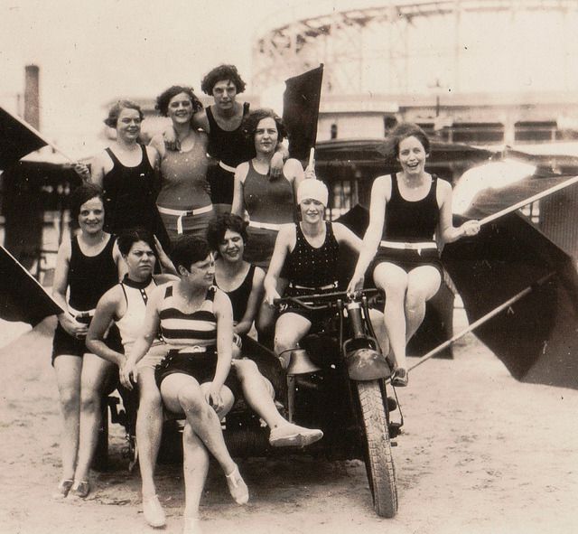 (via Vintage Bathing Beauties Belles from Late 19th Century to 1930's)