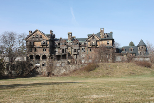 peacockbearcatasaur:  thominoz:  9 of the Most Fascinating Abandoned Mansions from Around the World  PLEASE