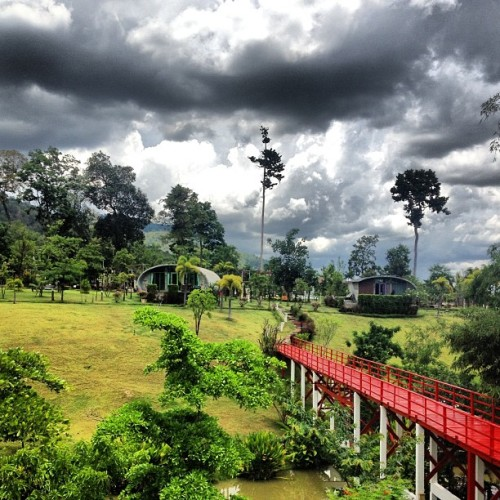 Banyan leaf resort #sky #nature #tree #bridge #red #thailand #ratchaburi #suanpheung  (à The Banyan Leaf Resort)