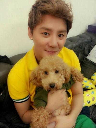 he is like so much cuter than the dog!! :3 I didn't realize there was a dog when i first saw it. that's how cute he is~!