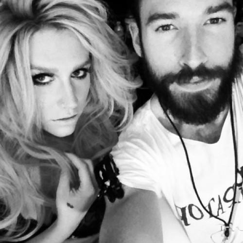 Kesha >> Galería [Candids, apariciones, paparazzi, etc.] - Página 9 Tumblr_moezdqGo121qgdjo7o1_500
