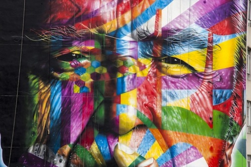 Brazilian street artist Eduardo Kobra recently completed this gigantic 170 ft mural on Paulista Avenue, one of Sao Paulo's busiest streets. The colourful piece is a tribute to Brazilian architect Oscar Niemeyer, who passed away last December at the age of 104. Kobra and a team of four other artists worked six hours a day to complete the mural, and some of the colorful forms are based on Niemeyer's works. Photographer Alan Teixeira is on the scene with these beautiful shots. Amazing Mural Tributes Late Brazilian Architect by  http://eduardokobra.com/