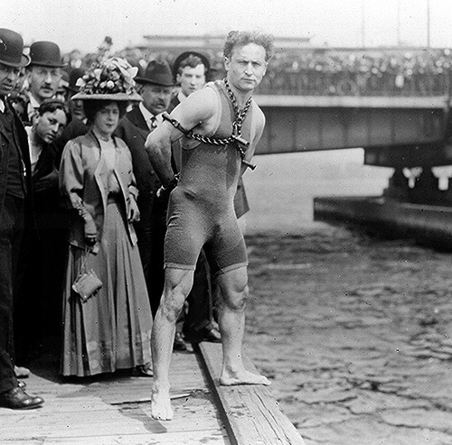 thespacegoat:  pasadoperdido:   Houdini before his near fatal jump & escape from the icy water below the Queen Street bridge in Melbourne, Australia, Feb. 18th, 1910.     Houdini's dive into the Yarra River, Feb 17th 1910