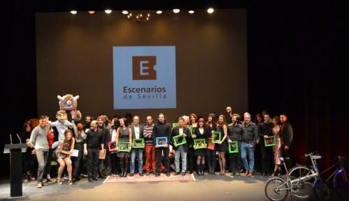 Foto de familia, en la Clausura del feSt 2016-17, de los ganadores de los Premios Escenarios de Sevilla.