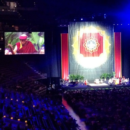 his holiness @DalaiLama showing us the path to #compassion #tolerance & #peace (#instamood #louiseville #dalailama #freetibet #love) (at KFC Yum! Center)