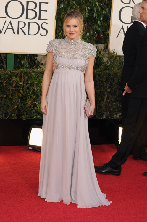 omgthatdress:  Could Kristen Bell be any cuter?  the answer is NO.  Well, maybe if she had a sloth.  Little pregnant gladiator. LOVE.