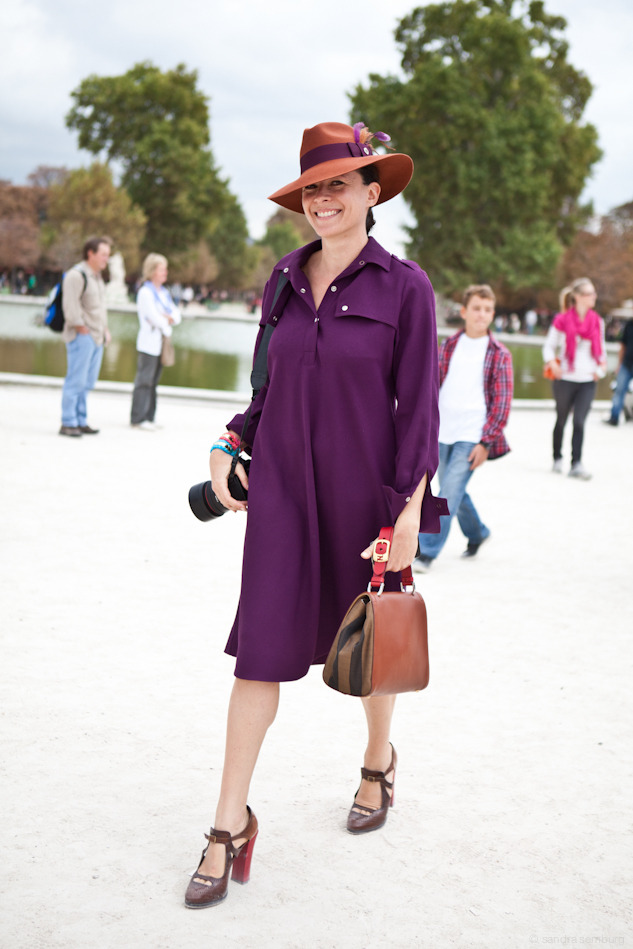 I am reposting on of my favorite Looks on Garance, I love that Vintage purple dress, the hat, the hat ! My plan is to look for one on my next trip to Milan. Another thing on my wish list, the Aurélie Bidermann bracelets …
