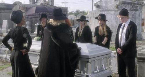Вдова на похоронах в юбках видео #6