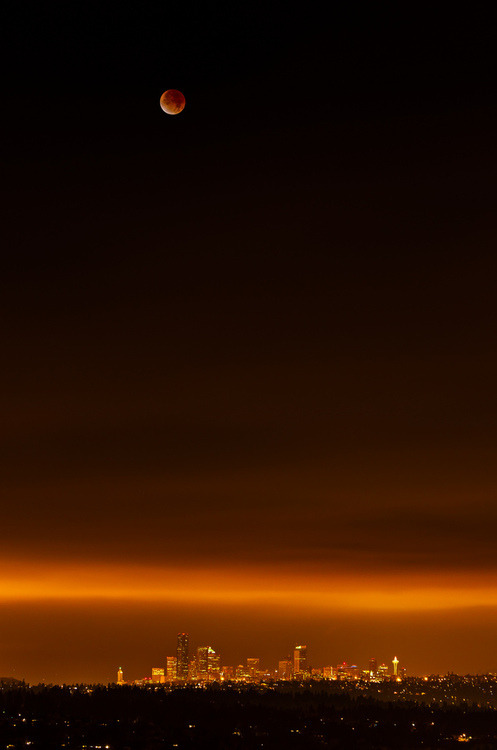 wonderous-world:  Lunar Eclipse 2011 by Thorsten Scheuermann