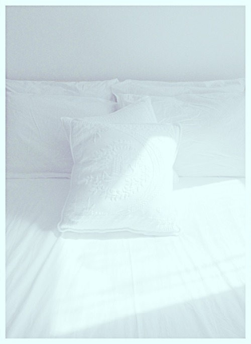 maldororandmonograms:  ateliercornelia:  All white bed.  Photo by CMW