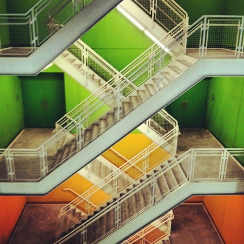Green & Orange. #stairs #architecture #regopark #queens #giwtravel #giwnyc #giwusa #nyc #newyork #instabrudroid (at Century 21 Department Store)