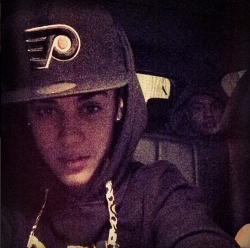 @justinbieber: Just landed in Chicago @alfredoflores lurking in the back