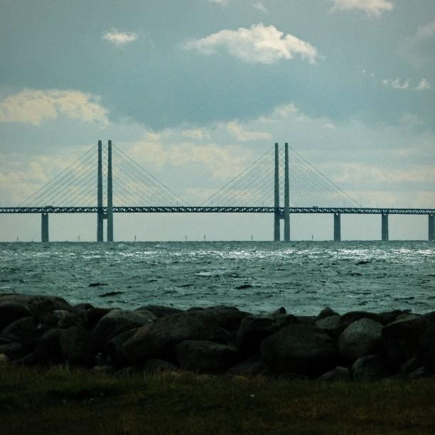 Öresundsbridge seen from Västra Hamnen, Malmö #Malmö #visitmalmo #Öresund #Öresundsbro #Sweden #Sverige #schweden #discoversweden #visitsweden #summer #beach #travel #travelblog #expat #expatblog #snowintromso #holiday #vacation #latergram #scandinavia #denmark (hier: Malmö)