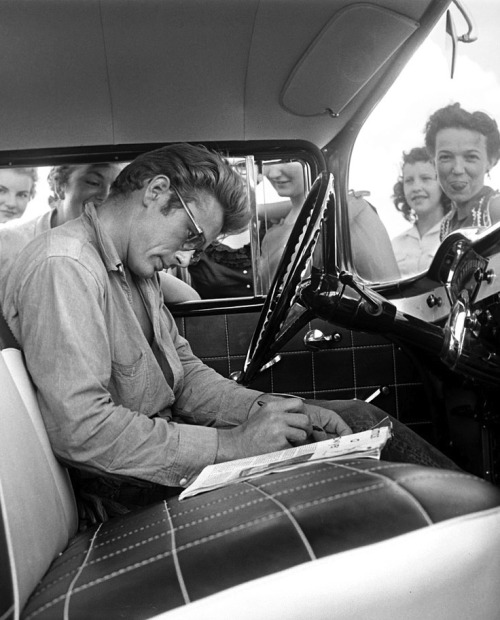 jamesdeandaily:  James Dean stops to sign autographs for his female admirers in Texas, photographed by Richard Miller.