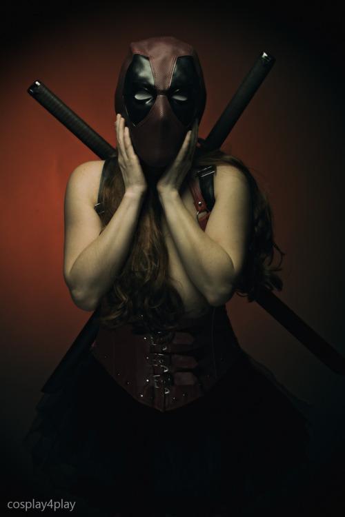 cosplay4play:  Lady Deadpool sword play