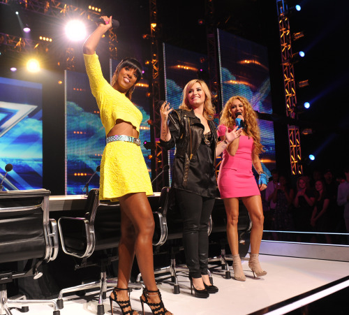 dlovato-news:  Demi with Kelly and Paulina (UHQ) (c)