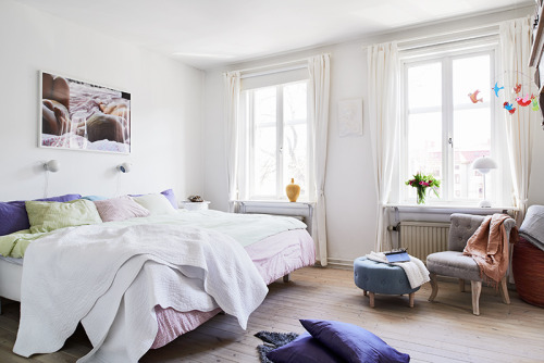myidealhome:   huuuuuge bed (Apartment in Sweden for sale)  Want for naps