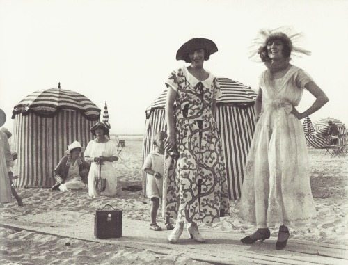 Jacques-Henri Lartigue- Bibi et l'actrice Louise Lagrange, Deauville, 1922