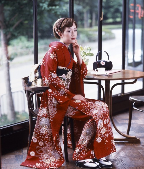 this makes me think of Enka singers gorgeous kimono too
