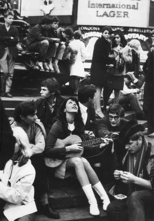 lamour-lamort:  Vashti Bunyan plays to the crowds in 1968 oh God she is so lovely