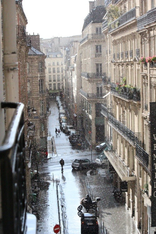 morsly:  dunyayigezelim:  Snowy Paris  This one time I walked down a Parisian street in the rain barefoot at midnight I'm not kidding