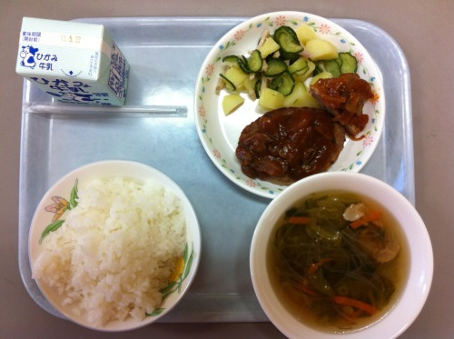 Today's school lunch: rice, hamburg steak with a mushroom sauce, vermicelli and vegetable soup, and pickled cucumbers with potatoes.