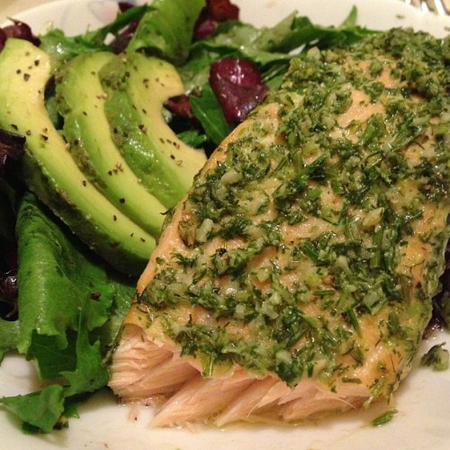 haveyoumetdoris:  My dinner for tonight - dill and garlic salmon, side salad w/ balsamic dressing, & avocado. LOL as you can see, I really like dill. 😋 #homemade #salmon #cheftang #getonmylevel #dinner #nomnoms