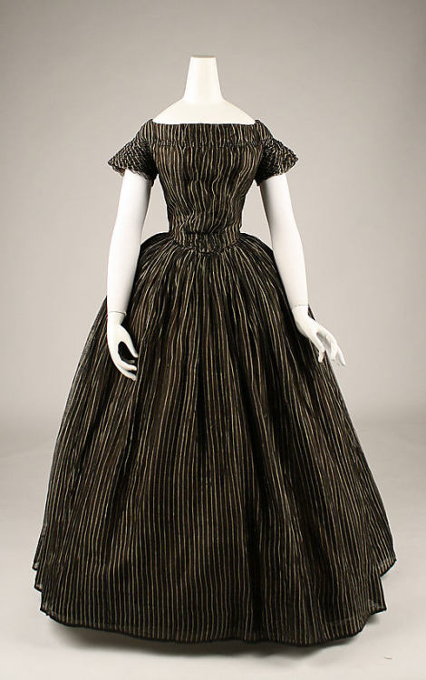 Mourning dress, late 1840's US, the Metropolitan Museum of Art