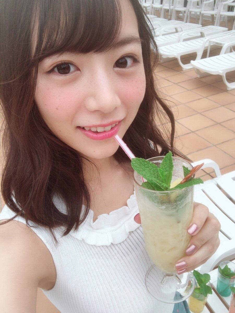 ジュースを飲む北野日奈子