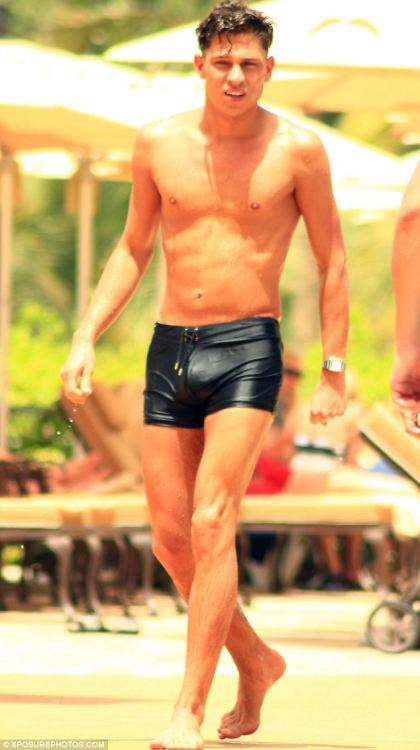 Not a fan of him, but nice bulge :p