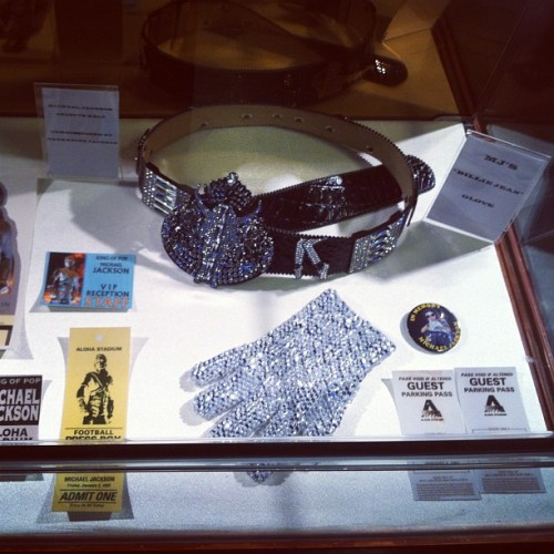 "The great Michael Jackson's ""Billie Jean"" glove and the Royal Hawaiian Center in #waikiki … #artabovereality #art #life #love #honolulu #hawaii #mj #music #art"