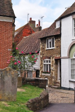 The corner leading round Church Square to West Street in Rye, East Sussex (via Luthien Thye / Pinterest) *Cheri … another Rye for you*