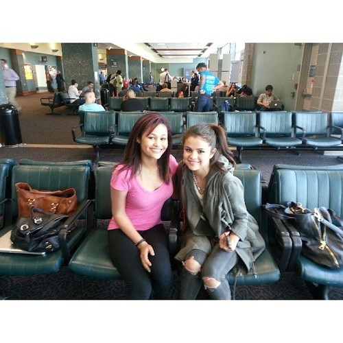 smg-news:  @itss_hopeless: I CANNOT BELIEVE THAT I JUST MET SELENA GOMEZ! :D